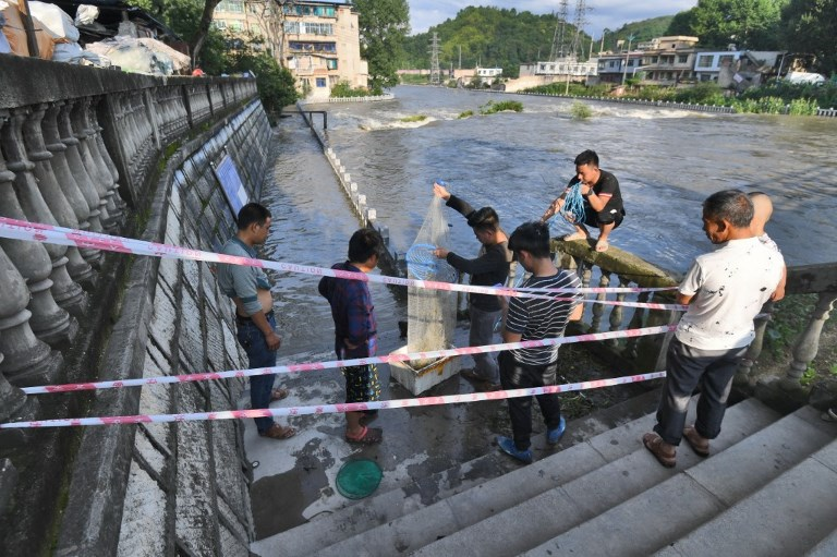 CHINA GUIZHOU GUIYANG CATCHING FISHES RISING WATER